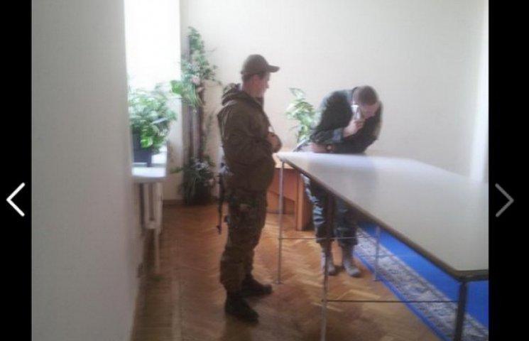 """Дніпропетровського журналіста з """"таємного"""" засідання виборчкому виводили автоматчики"""