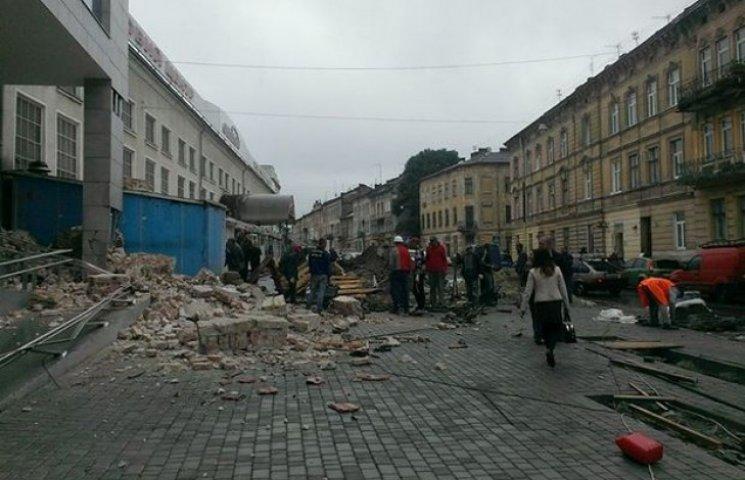 Після відкриття у Львові ТЦ в центрі міста впала стіна будинку поруч