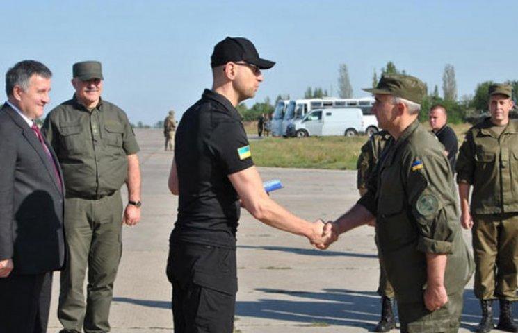 Яценюк вручив нагороди нацгвардійцям в зоні АТО