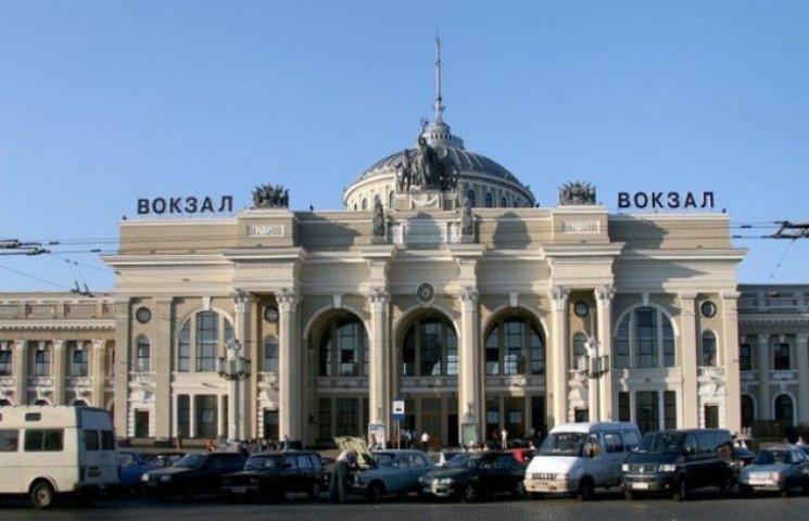 Невідомий двічі за ніч замінував залізничний вокзал в Одесі