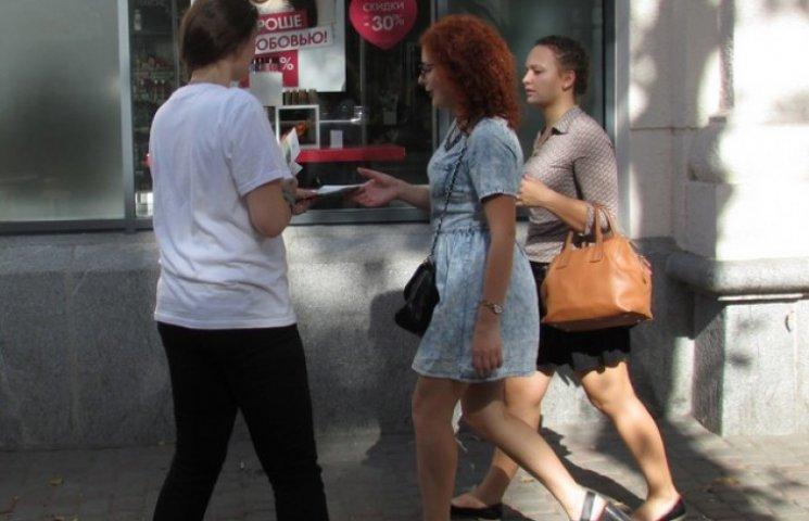 Полтавцям у центрі міста роздали півтисячі презервативів