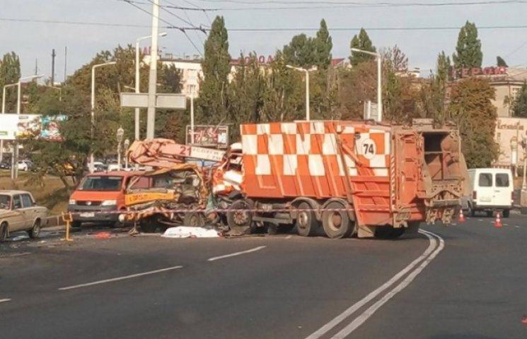 """Біля """"Автовокзалу"""" в Одесі сміттєвоз зніс автовишку"""