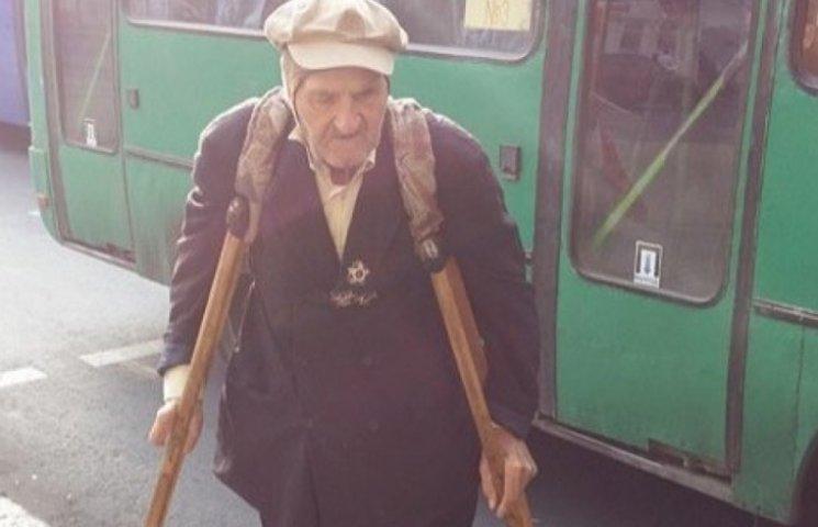 Одесити пересадили дідуся з маршрутки до таксі