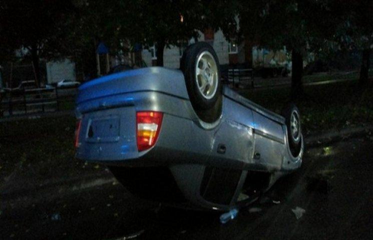У Львові на вулиці знайшли перевернутий закривавлений автомобіль