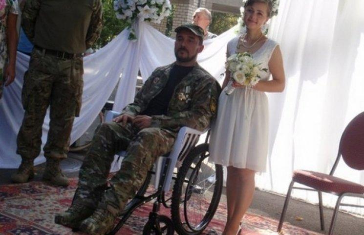 У Кременчуцькому госпіталі одружилися поранений боєць та волонтерка