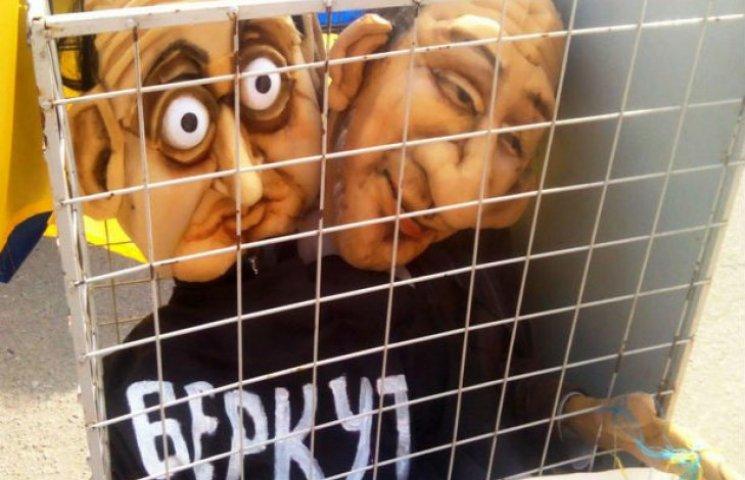 """Добкіна у Полтаві одягли у футболку """"Беркута"""""""