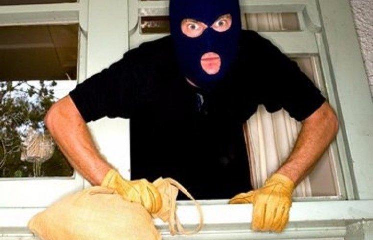 Через грати та розбивши скло злодії на Хмельниччині пограбували пошту