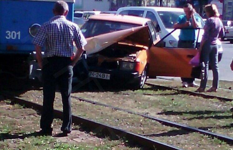 """У Вінниці біля """"Пироговки"""" трамвай зім"""