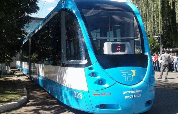 У Вінниці поставили на рейки низькополий трамвай власного виробництва