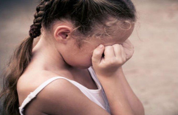 На Черкащині 8-річну дитину згвалтував коханець матері, а потім засипав погрозами