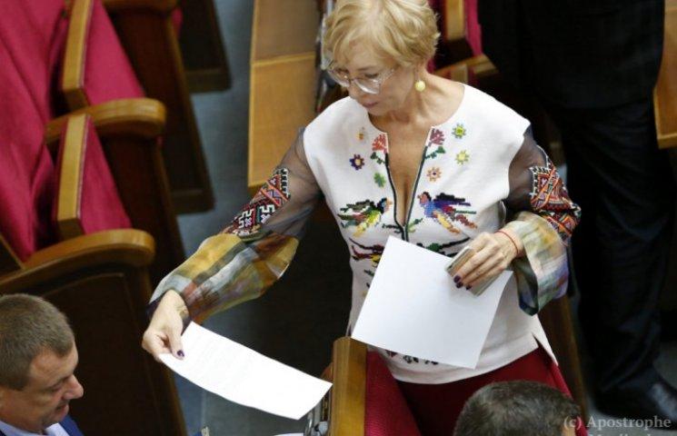 Денисова показала цветущее декольте в Раде (ФОТО)