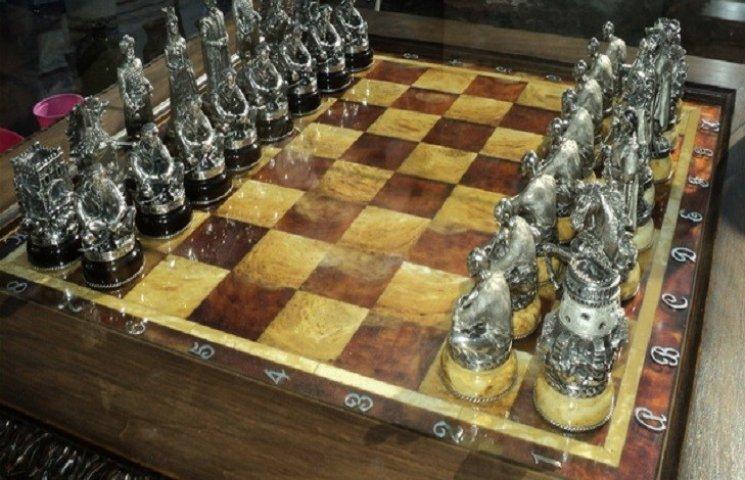 Ювелір зі Славути виготовив з бурштину та срібла шахівницю та шахові фігури