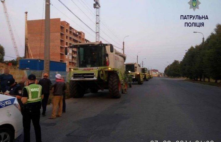 У Хмельницькому габаритна сільгосптехніка шкодить дорогам та іншим автомобілям