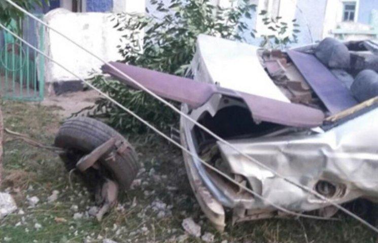 """Моторошне ДТП на Миколаївщині: """"BMW"""" зніс електроопору, водій загинув"""