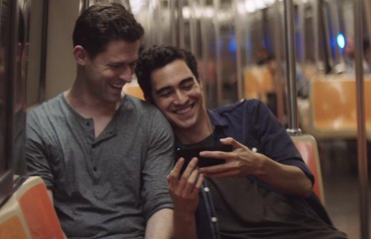 """Видео дня: Путин оплодотворяет """"телок"""" и геи в рекламе iPhone 7"""