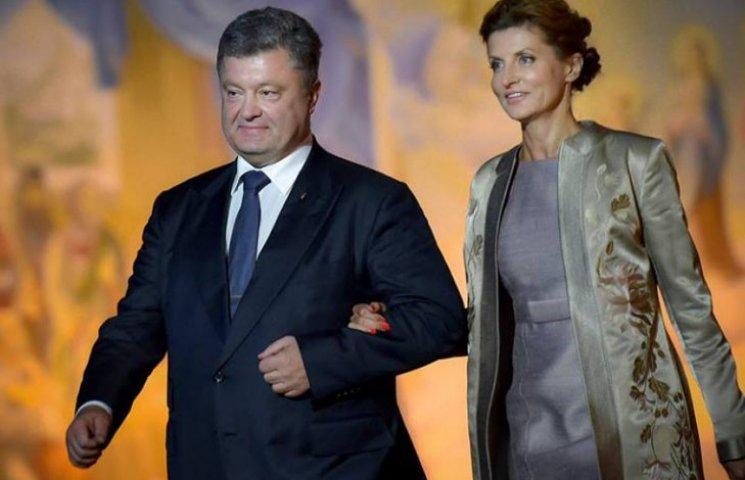 Поцелуи и вышиванки: ТОП-12 трогательных фото семьи Порошенко