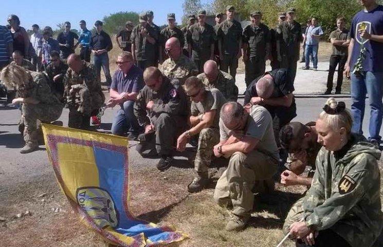"""Упізнаного бійця """"Донбасу"""" в останню путь проводив майже весь запорізький Майдан"""