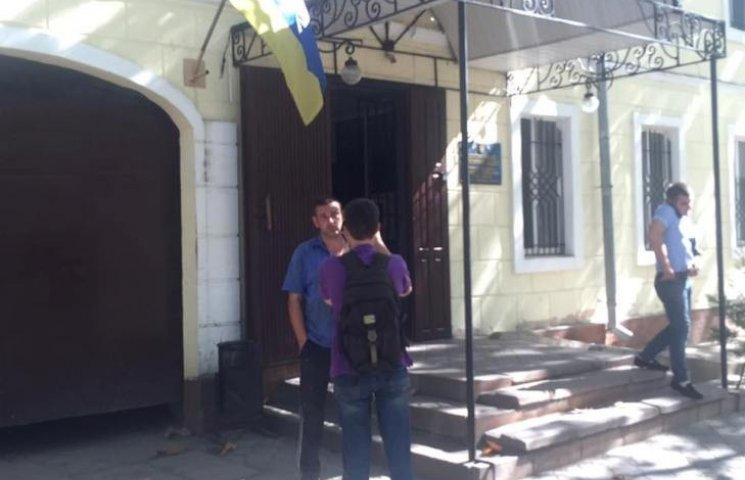 В Николаеве депутат горсовета избил рабочих, которые должны были демонтировать его борды