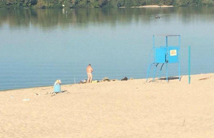 Щоб риба клювала: На Полтавщині серед пляжу чоловік рибалив голяка