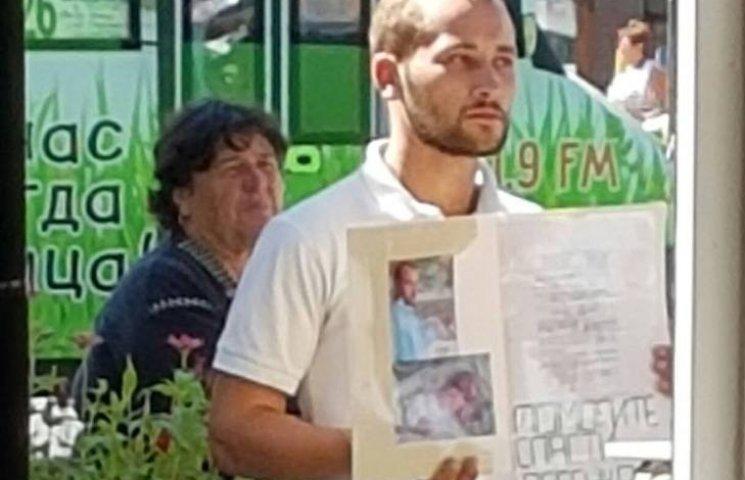 У Миколаєві переселенець з Луганська жебракує начебто на лікування дитини