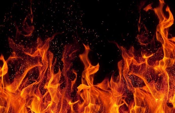 Гори все синім полум'ям: На Росії хлопець підпалив автівки і будинок заради селфі