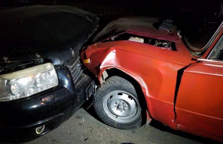 """У Миколаєві через ями на дорозі Subaru влетів в """"Копійку"""""""