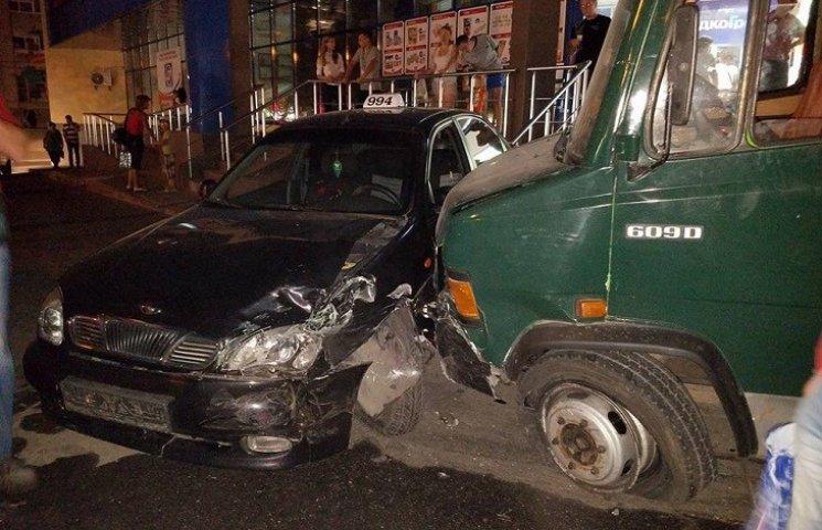 У центрі Миколаєва вантажівка без гальм влетіла в таксі