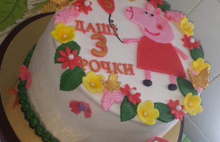 Просто так: На Черкащині жінка безкоштовно пече торти дітям на свята