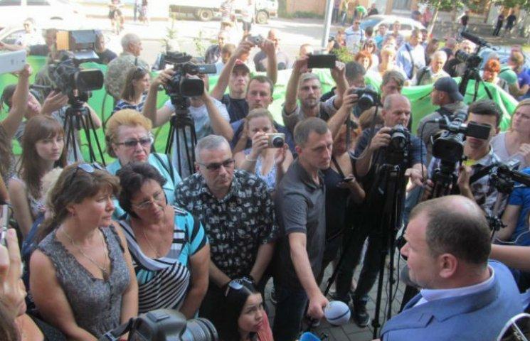 Полтавці пікетують обласну поліцію через побиття меморіальних дошок АТОвцям