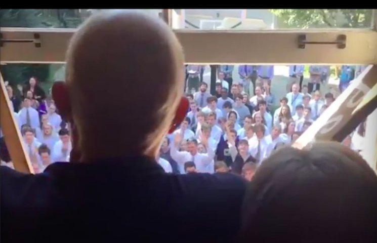 Урок співчуття: Як 400 студентів співали пісню своєму онкохворому викладачеві