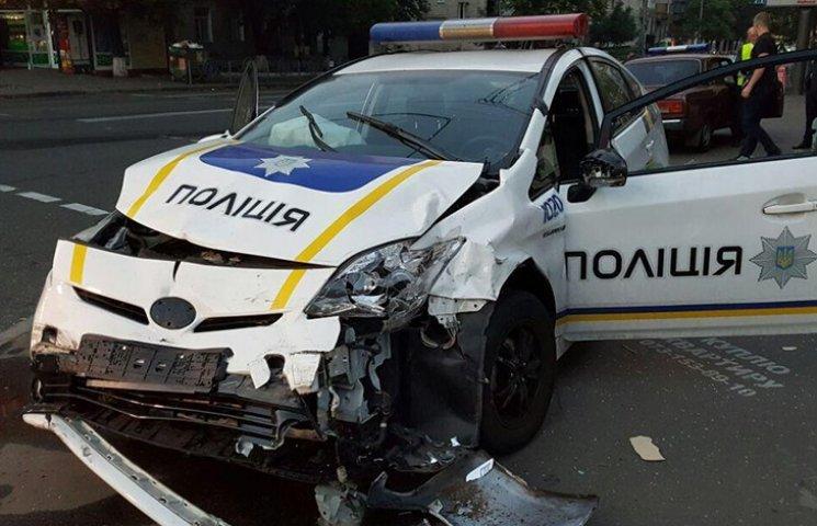 У центрі Києва авто патрульних протаранило таксі. Госпіталізовані четверо людей