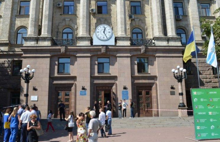 У мерію Миколаєва не пускають жінок з дітьми та візочками