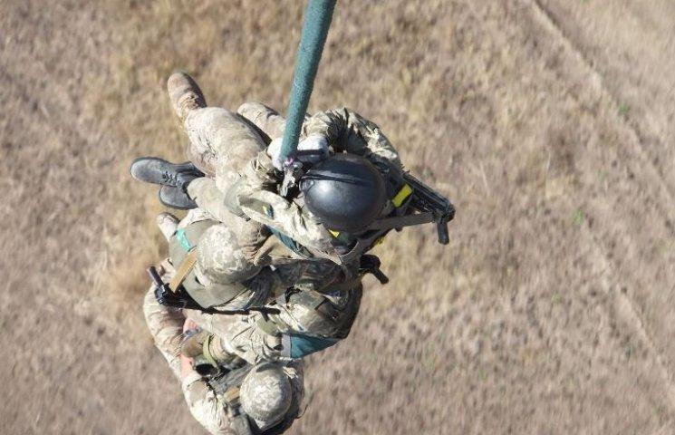 """Миколаївські """"крилаті піхотинці"""" десантувались з Мі-8 без парашутів"""