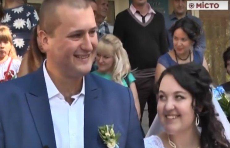 З передової на весілля: Бійця відпустили додому одружитися