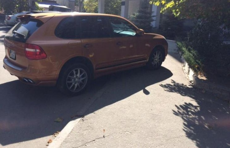 """У Миколаєві депутат-рішала на """"золотому"""" Porsche припаркувався на тротуарі"""