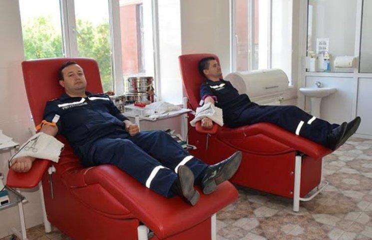 Рятівна кров: миколаївські пожежники стали донорами