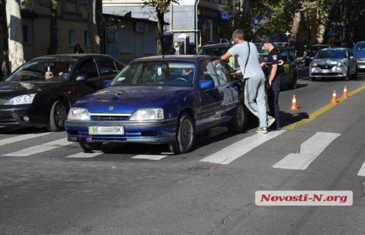 """В центрі Миколаєва Opel збив на """"зебрі"""" мати з чотирирічною донькою"""