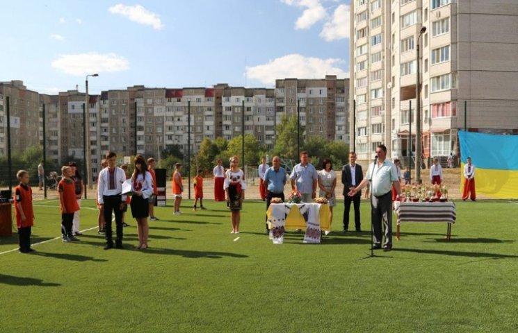 Перший з трьох шкільних футбольних майданчиків  у Хмельницьком вже запрацював