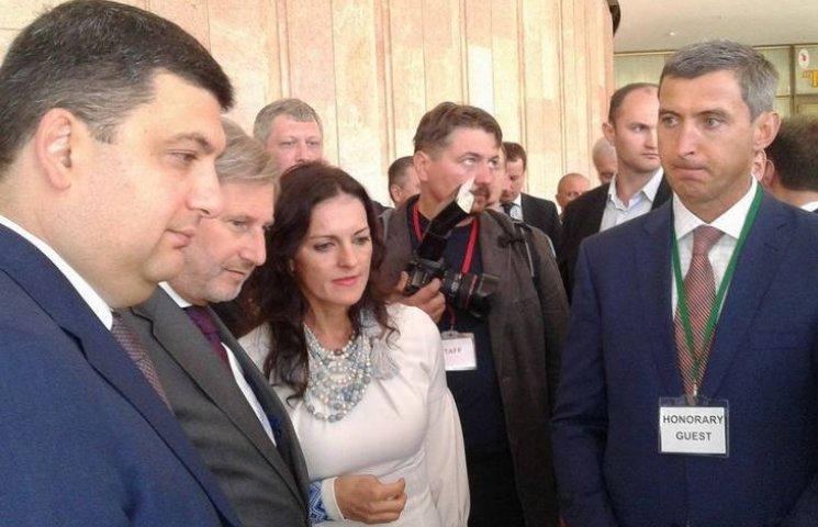 Гройсман и комиссар ЕС проинспектировали децентрализационные достижения в Виннице