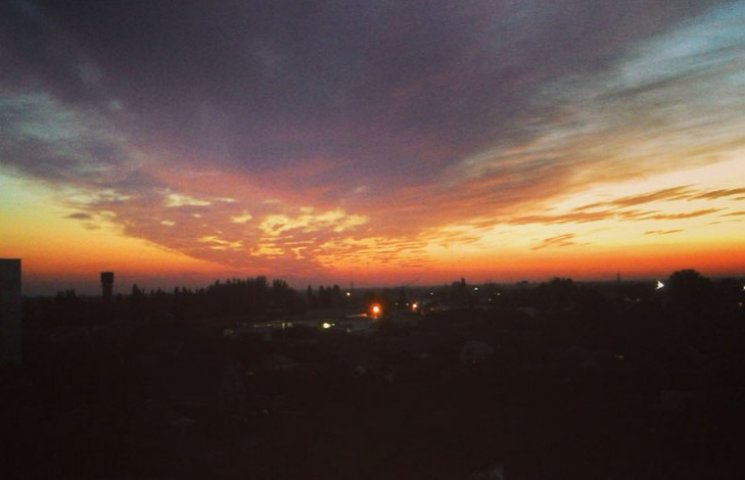 Мешканців Мелітополя вразив дивовижних захід сонця