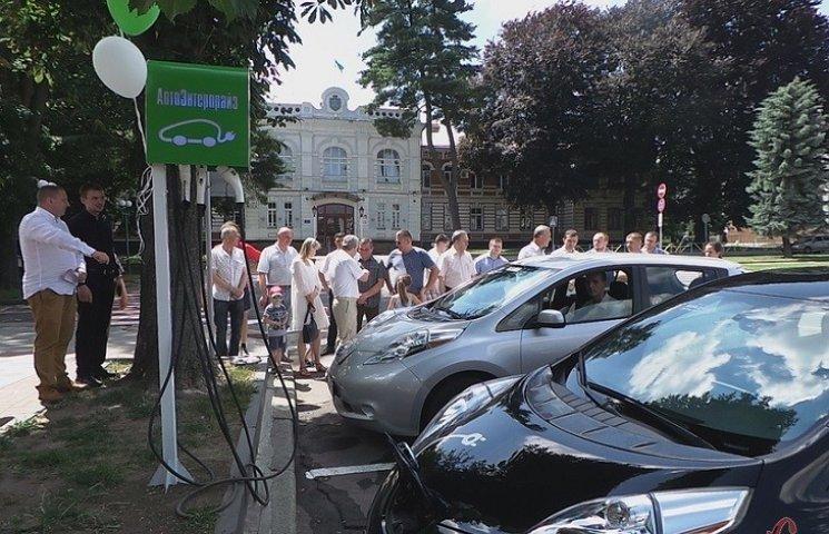"""У Хмельницькому електрозаправки працюють виключно """"для своїх"""""""