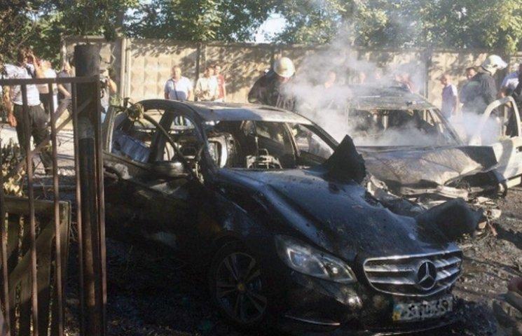 """В Виннице неизвестные на Опеле """"снесли"""" Мерседес с дороги и расстреляли его водителя"""
