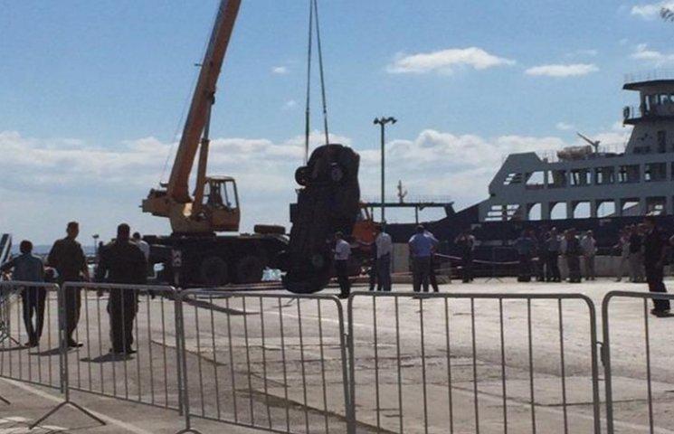 Видео дня: Автомобиль упал с крымского парома в море и кровавая драка футбольных фанатов