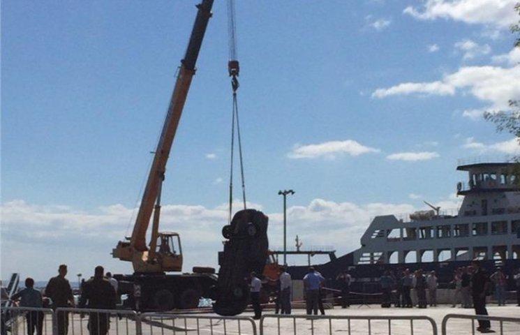 В оккупированном Крыму на переправе авто свалилось с парома в море