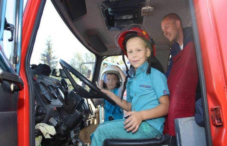 Хмельницькі рятувальники пустили дітей за кермо спецавтомобіля