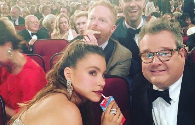 Emmy-2016: как звезды веселились за кулисами премии