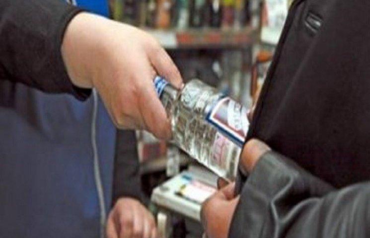 На России есть традиция дарить бутылку водки первому избирателю