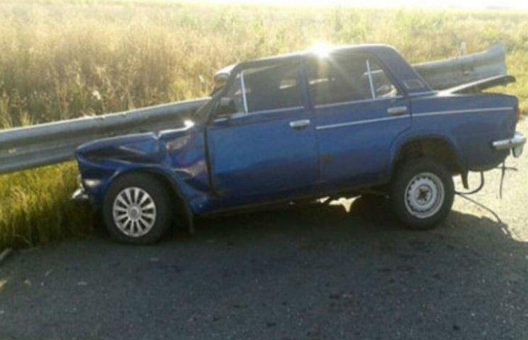 На Полтавщині металева огорожа наскрізь проштрикнула машину і двох людей