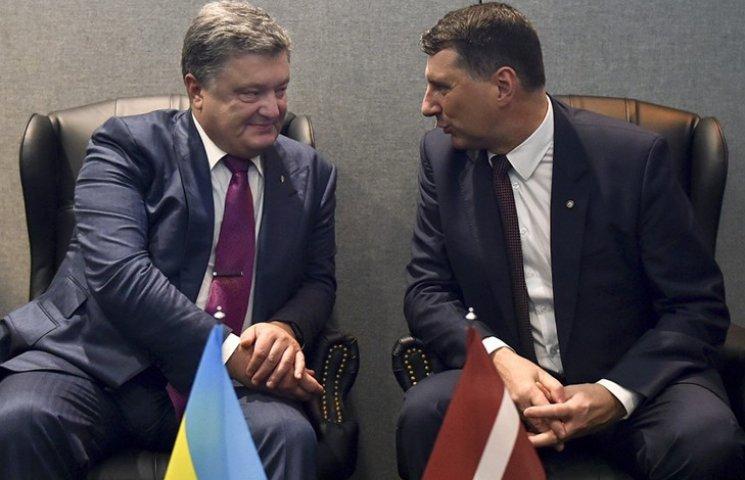 """Порошенко попросив президента Латвії посприяти у поверненні """"мільйонів Арбузова"""""""