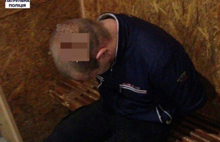 Миколаївця, який врятував дівчину від згвалтування, поранили ножем